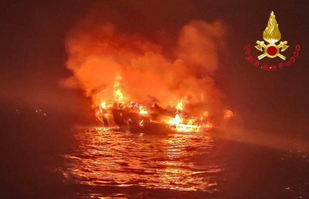 22-10-2021_dramma_sfiorato_davanti_alle_coste_sarde_una_barca_in_fiamme_si_inabissa__4_persone_salvate_all039ultimo.html
